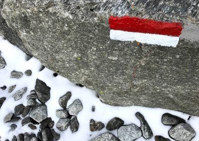 Taste-Scenario_viaggi-Dolomiti-to-hike_segnale-cai-e-neve