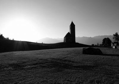 Taste-Scenario_viaggi_Alto-Adige_chiesetta-panorama-BN